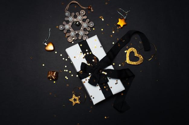 Vue De Dessus Du Coffret Cadeau Blanc Avec Décoration De Noël Photo Premium