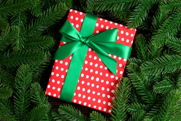 Vue de dessus du coffret cadeau de nouvel an décoré avec une branche de sapin. Photo Premium