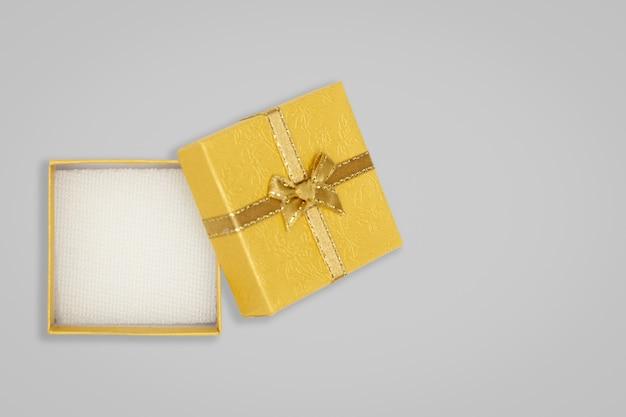 Vue de dessus du coffret jaune ouvert sur fond de plateau Photo Premium