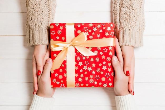 Vue De Dessus Du Couple Donnant Et Recevant Un Cadeau Photo Premium