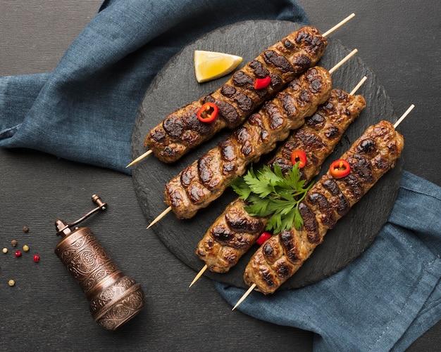 Vue De Dessus Du Délicieux Kebab Sur Ardoise Avec Broyeur à Condiments Photo gratuit
