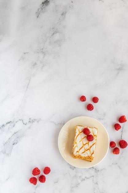Vue de dessus du dessert aux framboises sur marbre Photo Premium
