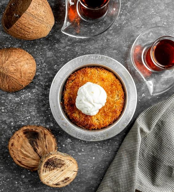 Vue De Dessus Du Dessert Turc Kunefe Avec Crème Glacée Sur Le Dessus Photo gratuit