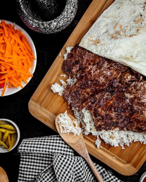 Vue De Dessus Du Doner De Kebab D'agneau Placé Sur Du Riz Photo gratuit