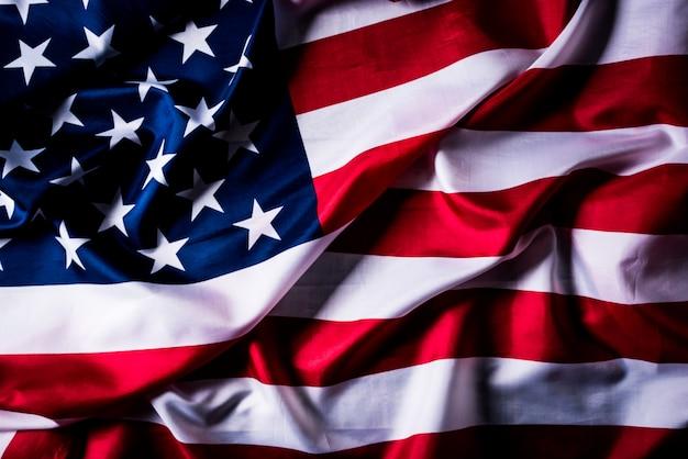 Vue de dessus du drapeau des états-unis d'amérique sur fond en bois Photo Premium