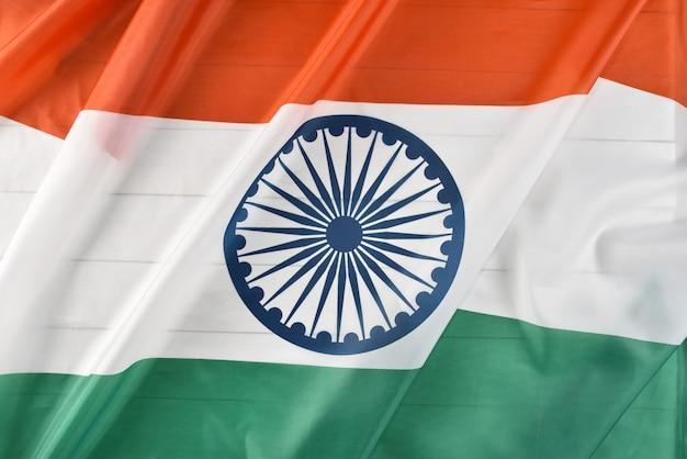 Vue de dessus du drapeau national de l'inde sur un fond en bois blanc. jour de l'indépendance indienne. Photo Premium