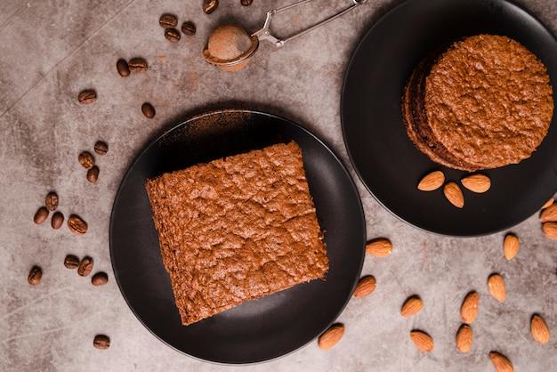 Vue De Dessus Du Gâteau Sur Des Assiettes Aux Amandes Photo gratuit