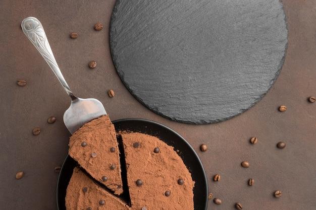 Vue De Dessus Du Gâteau Au Chocolat Avec Du Cacao En Poudre Et Des Grains De Café Photo gratuit