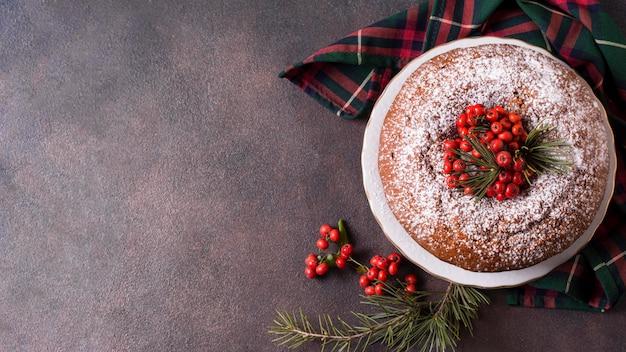 Vue De Dessus Du Gâteau De Noël Avec Espace Copie Et Baies Rouges Photo Premium