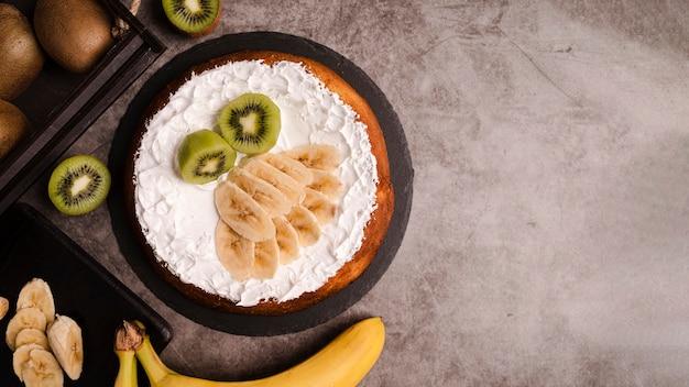 Vue De Dessus Du Gâteau Avec Des Tranches De Banane Et Copie Espace Photo gratuit