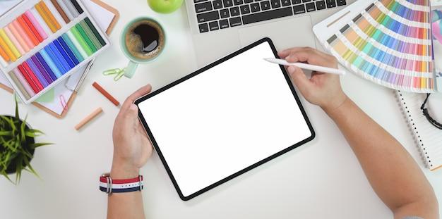 Vue de dessus du graphiste masculin dessin sur tablette écran blanc Photo Premium