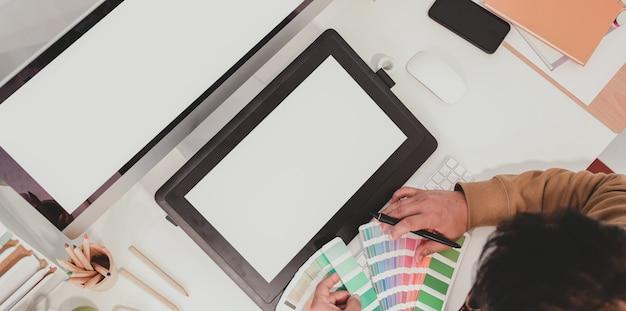 Vue de dessus du graphiste professionnel travaillant avec des nuances de couleurs Photo Premium