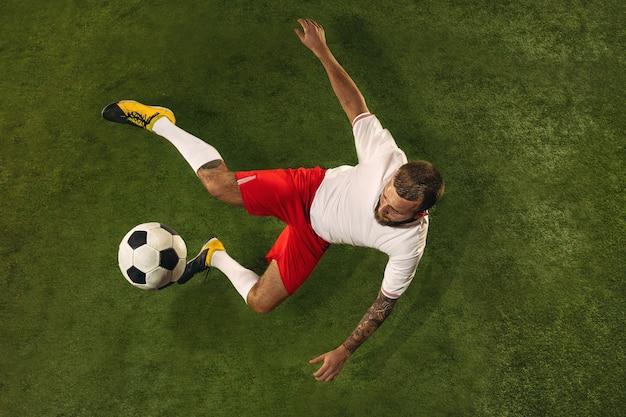 Vue De Dessus Du Joueur De Football Ou De Football Caucasien Sur Vert Photo gratuit