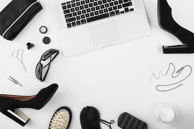 Vue de dessus du lieu de travail avec accessoires pour ordinateur portable et femme Photo gratuit