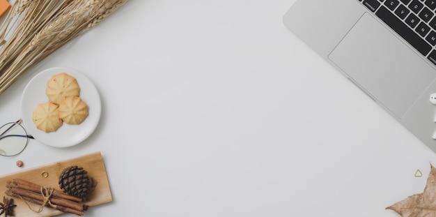 Vue de dessus du lieu de travail automne avec espace de copie, fournitures de bureau et décorations Photo Premium