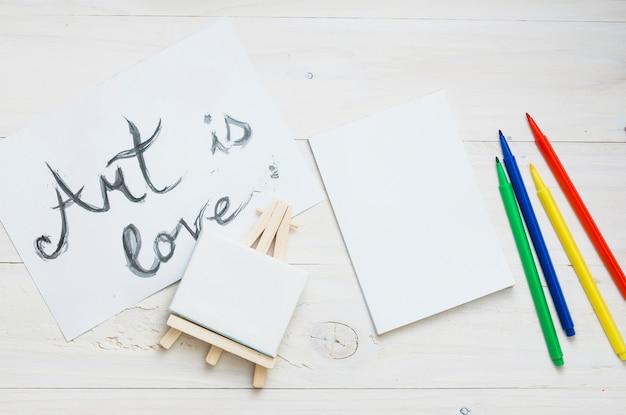 Vue de dessus du matériel de dessin sur une table en bois blanche Photo gratuit