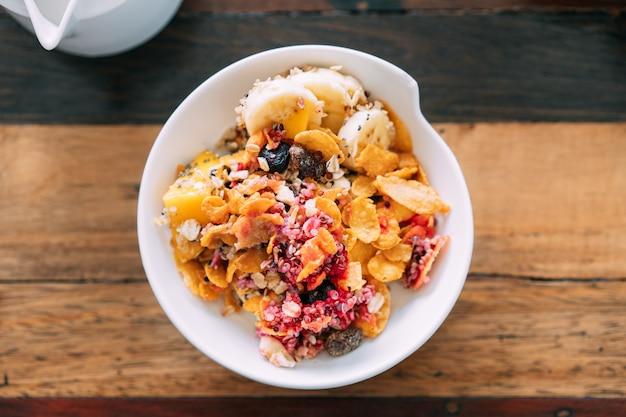 Vue De Dessus Du Mélange De Bol Acai Avec Mangue Fraîche, Avocat, Banane, Baies Photo Premium