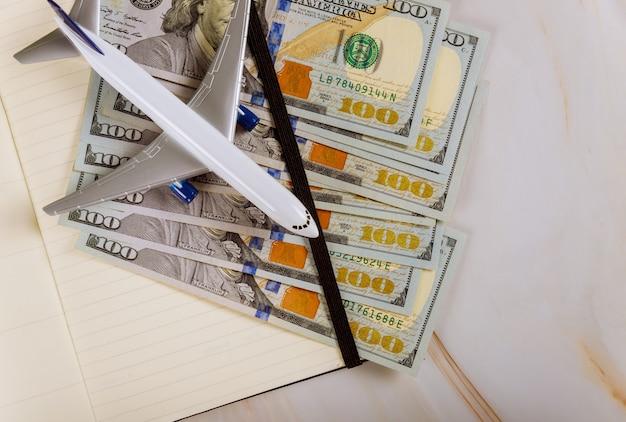 Vue De Dessus Du Modèle D'avion, Ordinateur Portable Et Billets D'un Dollar Américain Photo Premium
