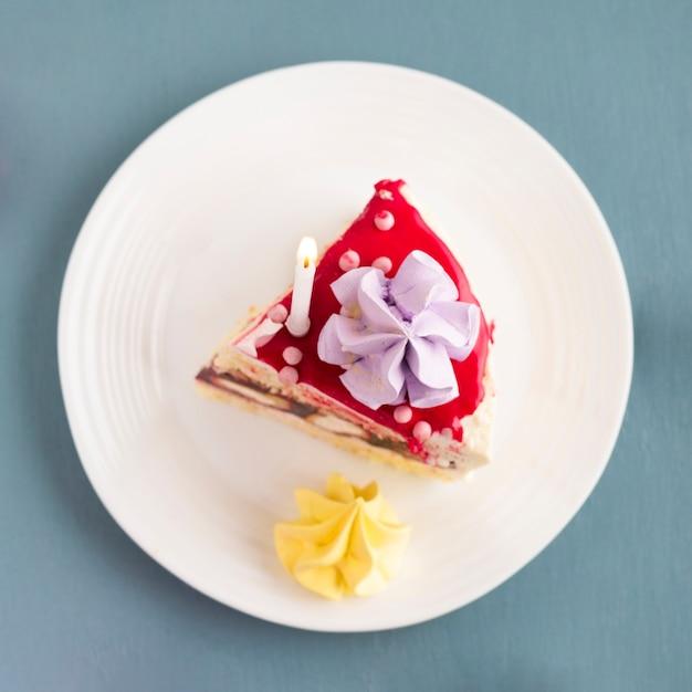 Vue de dessus du morceau de gâteau sur une assiette Photo gratuit