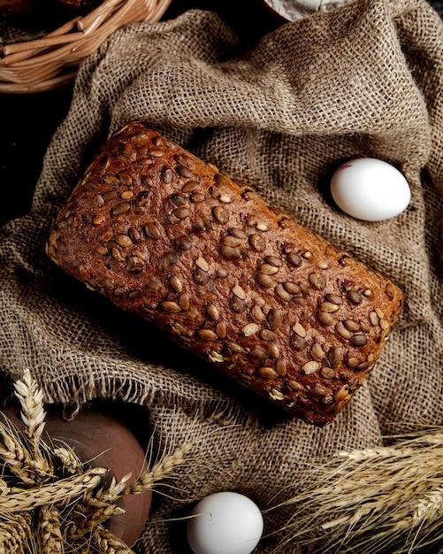 Vue de dessus du pain brun aux graines de tournesol Photo gratuit