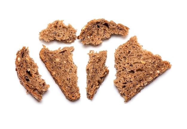 Vue de dessus du pain brun émietté multi grain isolé Photo Premium