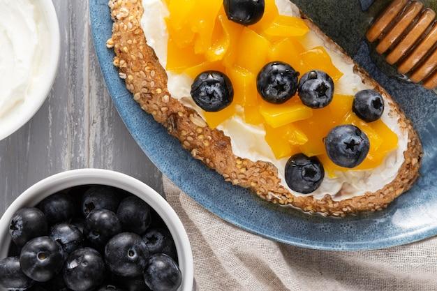 Vue De Dessus Du Pain Avec Du Fromage à La Crème Et Des Fruits Photo gratuit