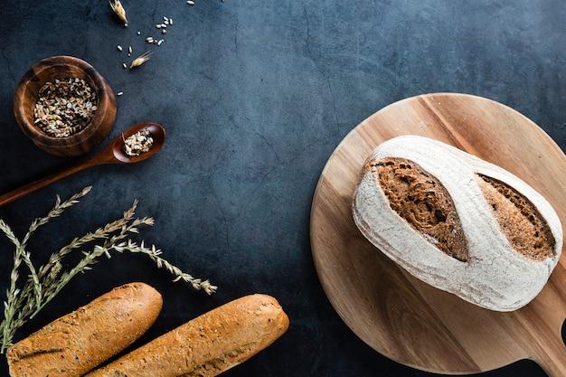 Vue de dessus du pain sur hachoir avec fond noir Photo gratuit