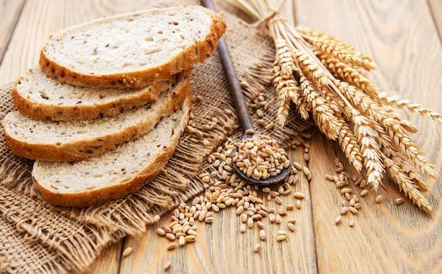 Vue de dessus du pain en tranches Photo Premium