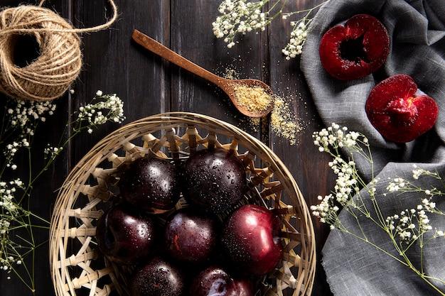 Vue De Dessus Du Panier De Fruits Avec Ficelle Et Fleurs Photo gratuit