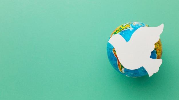 Vue De Dessus Du Papier Colombe Sur Globe Terrestre Photo gratuit