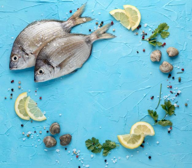 Vue De Dessus Du Poisson Aux Palourdes Et Tranches De Citron Photo gratuit