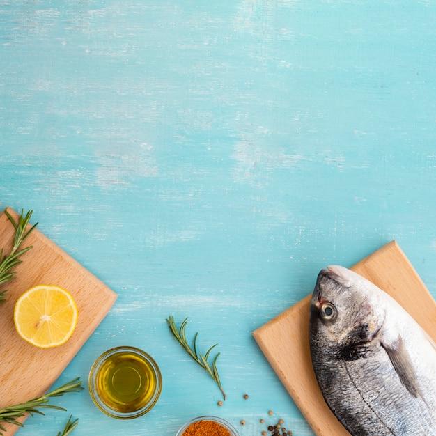 Vue de dessus du poisson frais sur une planche de bois Photo gratuit