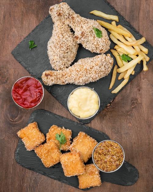Vue De Dessus Du Poulet Frit Avec Différents Types De Sauce Et Frites Photo gratuit