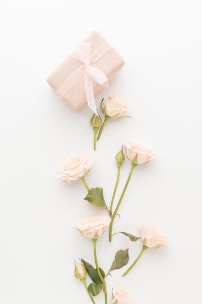 Vue De Dessus Du Présent Avec Roses Et Ruban Photo gratuit