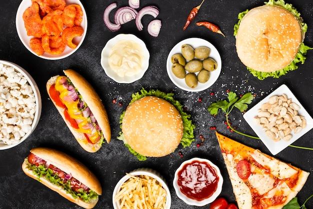 Vue de dessus du repas de restauration rapide sur tableau noir Photo gratuit
