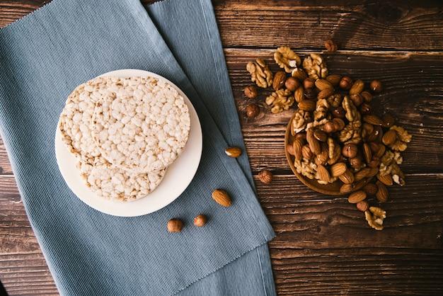 Vue de dessus du riz soufflé et des noix sur un fond en bois Photo gratuit