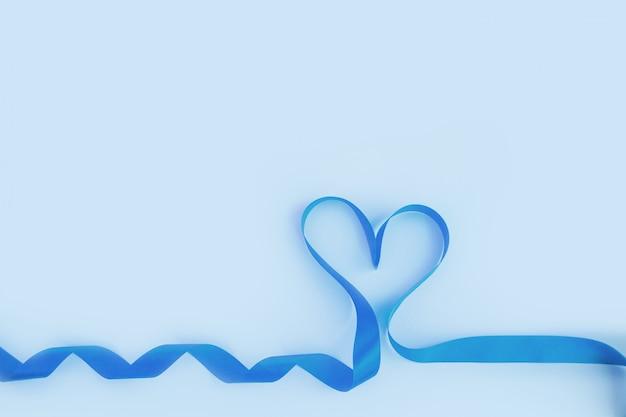 Vue De Dessus Du Ruban En Forme De Coeur Sur Fond Bleu. Concept De La Saint-valentin Photo Premium