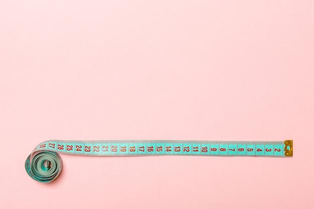 Vue de dessus du ruban à mesurer en forme de cadre sur rose Photo Premium