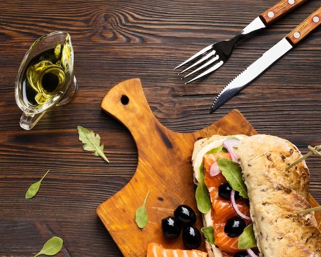 Vue De Dessus Du Sandwich Au Saumon Et Aux Olives Photo gratuit