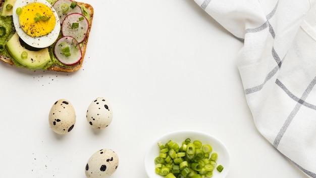 Vue De Dessus Du Sandwich Aux œufs Et à L'avocat Avec Nappe Photo gratuit