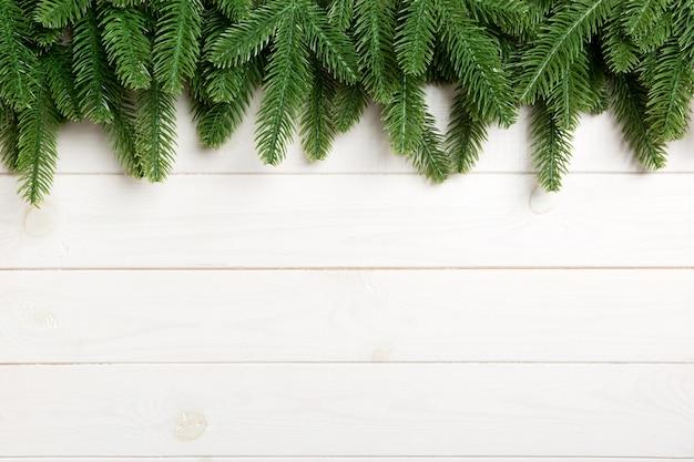 Vue De Dessus Du Sapin Sur Fond En Bois. Concept De Noël Avec Espace De Copie Photo Premium