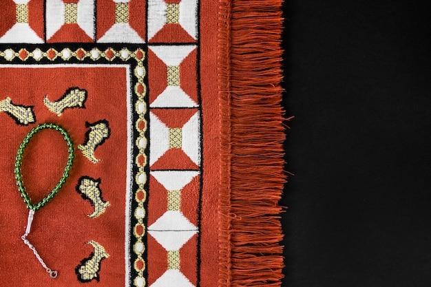 Vue De Dessus Du Textile Religieux Avec Bracelet Et Espace Copie Photo gratuit