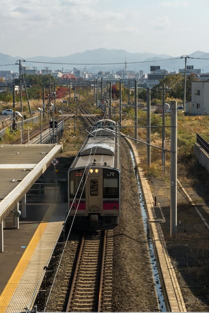 Vue de dessus du train jr arrivant à la plate-forme d'aomori le 26 octobre 2017 à la gare d'aomori, japon Photo Premium