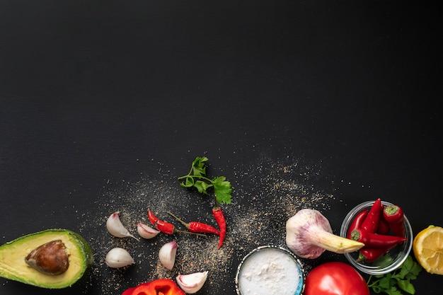 Vue de dessus espace de copie de différents ingrédients frais pour la cuisson sur les tables noires Photo Premium