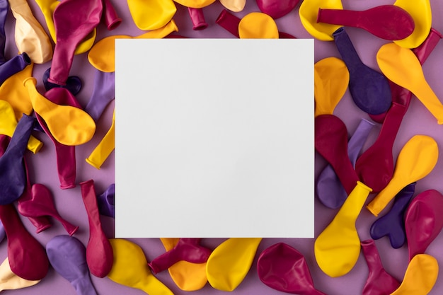 Vue De Dessus De L'espace De Copie Papier Ballons Colorés Photo gratuit