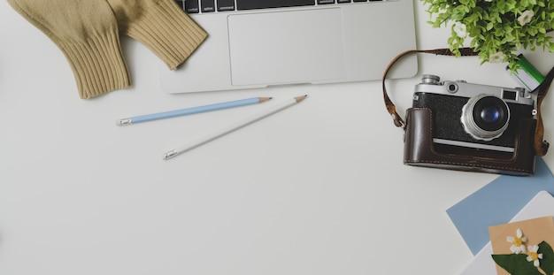 Vue de dessus d'un espace de travail confortable avec des fournitures de bureau sur fond de tableau blanc Photo Premium