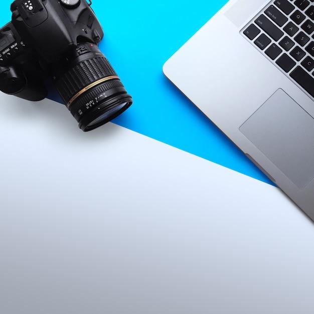 Vue de dessus de l'espace de travail minimal avec un ordinateur portable et un appareil photo Photo Premium