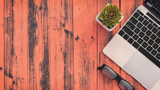 Vue de dessus de l'espace de travail avec ordinateur portable, fond avec fond Photo Premium