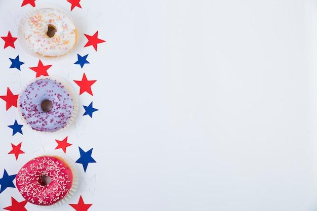 Vue de dessus des étoiles américaines et des beignets Photo gratuit