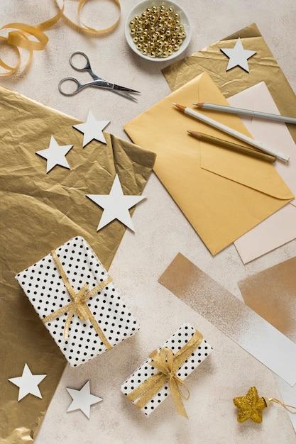 Vue De Dessus Fabrication Et Emballage Pour Le Nouvel An Photo gratuit